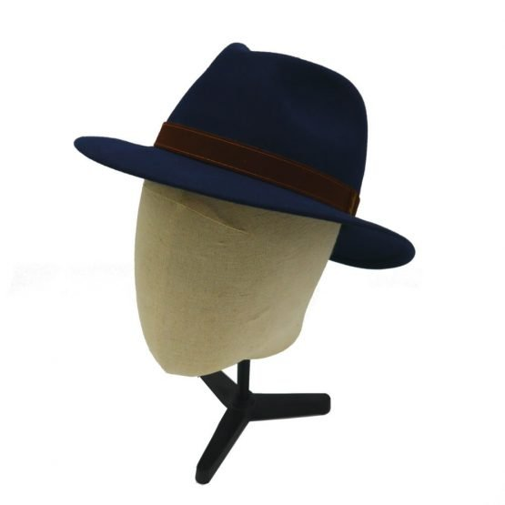 hoed met brede rand in konijnvilt met hoofd